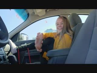 Расплатилась с таксистом, показав ножки