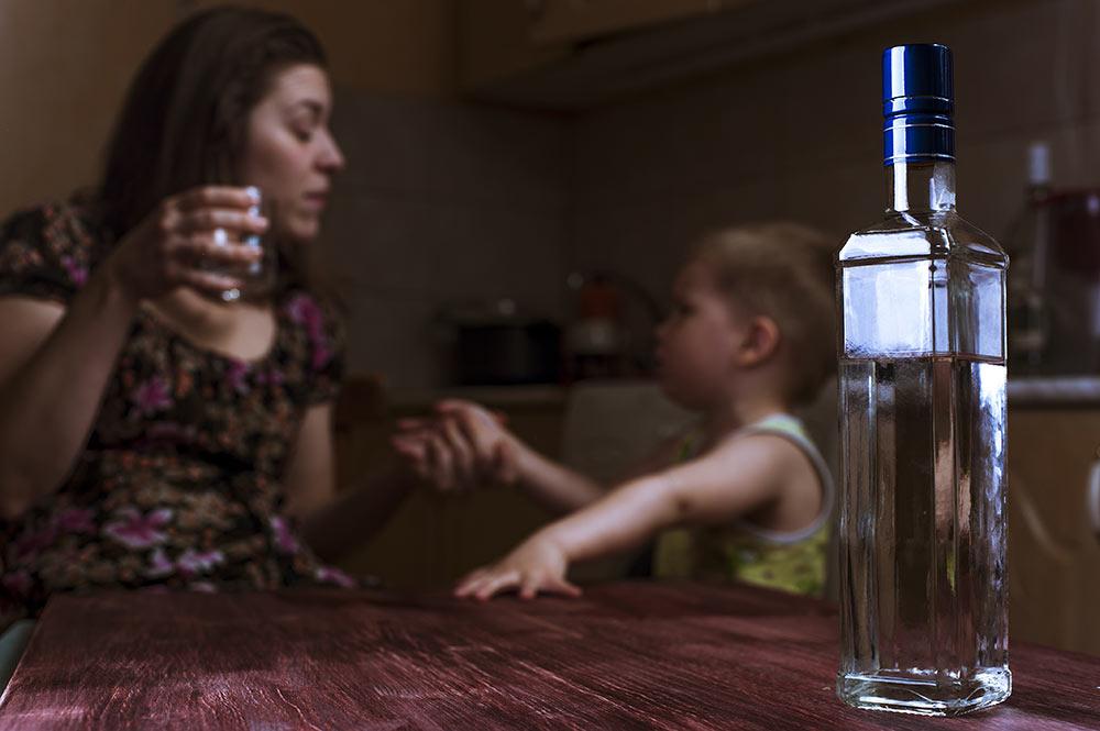 С нашим психологом Николаем Екимовым разбираемся, почему у одних людей возникает зависимость к алкоголю, а у других нет.
