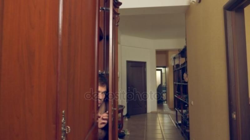 De naakte man verschuilt zich in de kast Hij gaat uit de kast en loopt van het huis van de mistresss door de voordeur 4k Sto