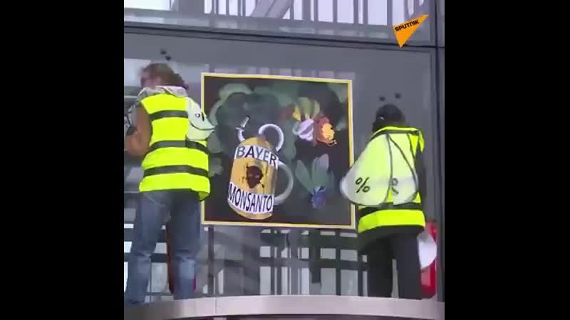 14-3-2019 FRANTA Paris activistii vestelor galbene au vandalizat sediul BAYERN MONSANTO folosirea ch.mp4