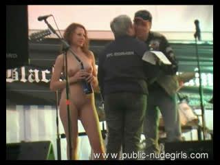 CMNF, OON, голая на сцене  голая девушка вручает награды