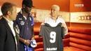 Dinamite entrega camisa do Vasco a Balotelli