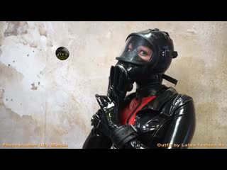 Latex_gas_mask_suit