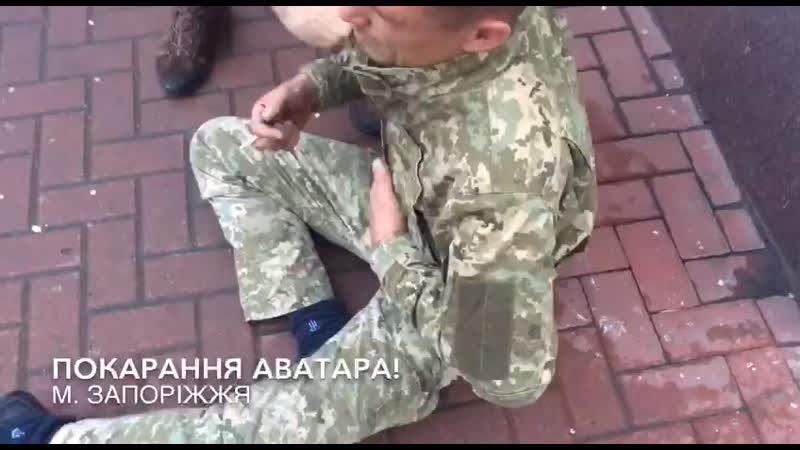 У Запоріжжі зірвали шеврони з п'яного військового