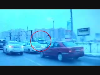 Момент столкновения локомотива и маршрутки в петербурге попал на видео
