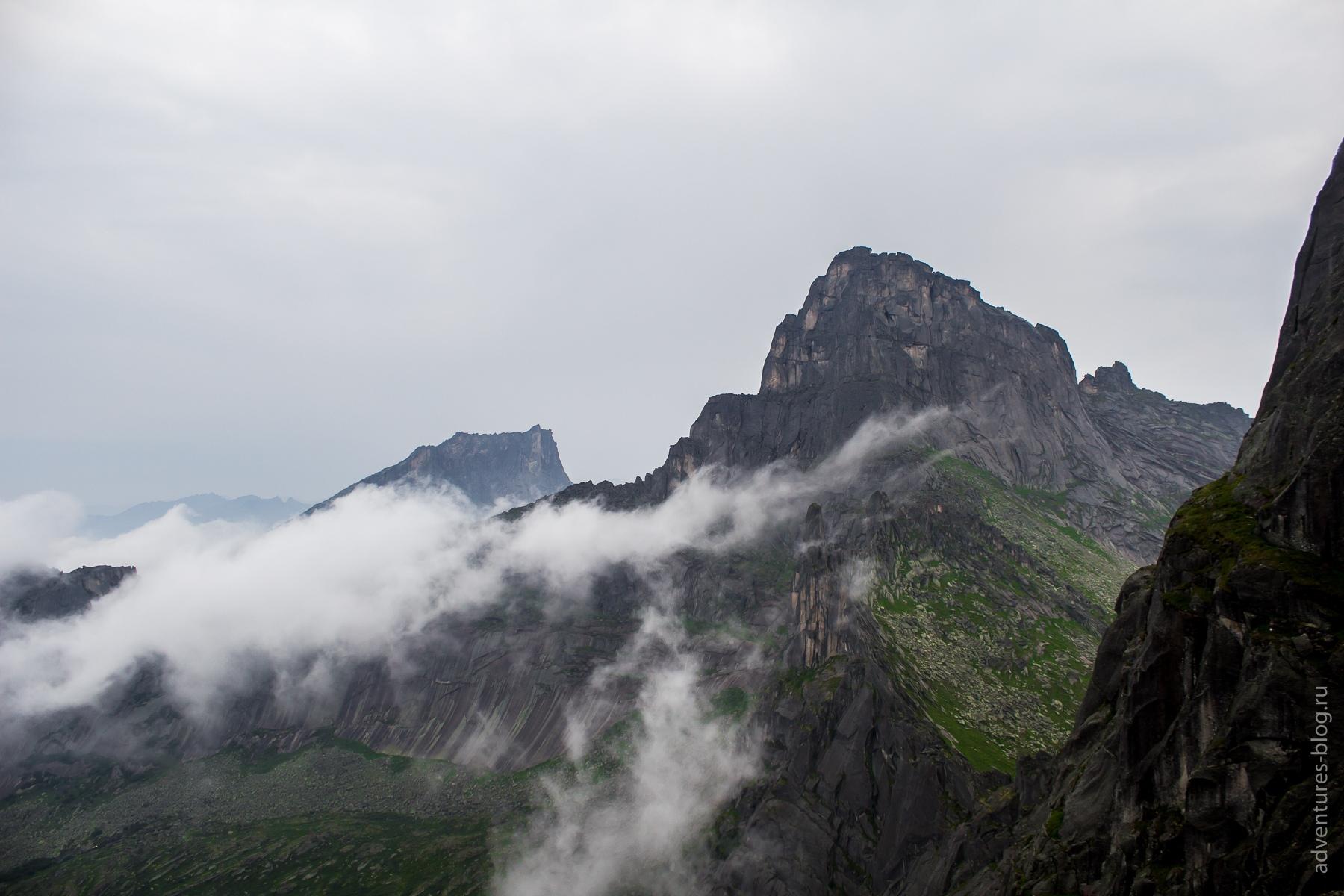 Подъем на перевал Птица. Пик Звездный в тумане