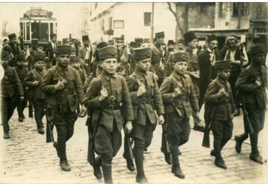 Турецкие подростки маршируют, чтобы принять участи в битве при Галлиполи, 1915 год.