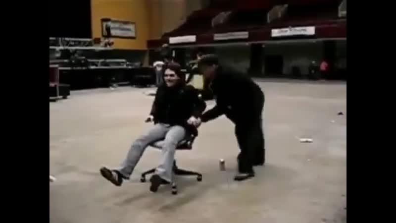Джерард катается на стуле