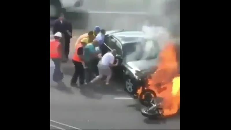 Люди смогли вытащить мотоциклиста из под машины и спасли ему жизнь