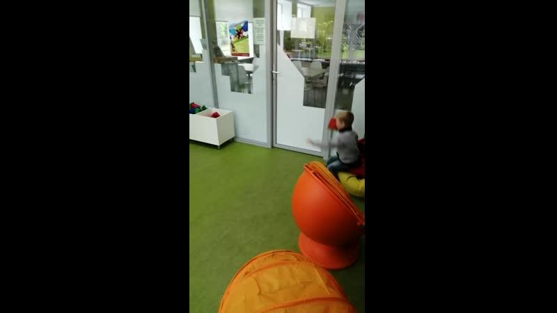 18 07 2019 Александр кидает мягкий кубик в коробку в игровой комнате в библиотеке Тэффи в Тихвине