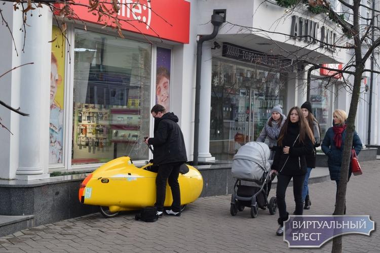 В Бресте гостит путешественник из Германии, передвигающийся на веломобиле