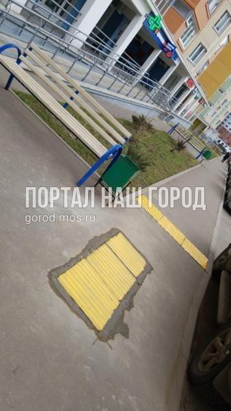 Коммунальщики восстановили тактильную плитку на участке улицы Вертолетчиков