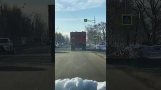 Нечистоплотный мусоровоз оставил шлейф из отходов на улицах Южно-Сахалинска