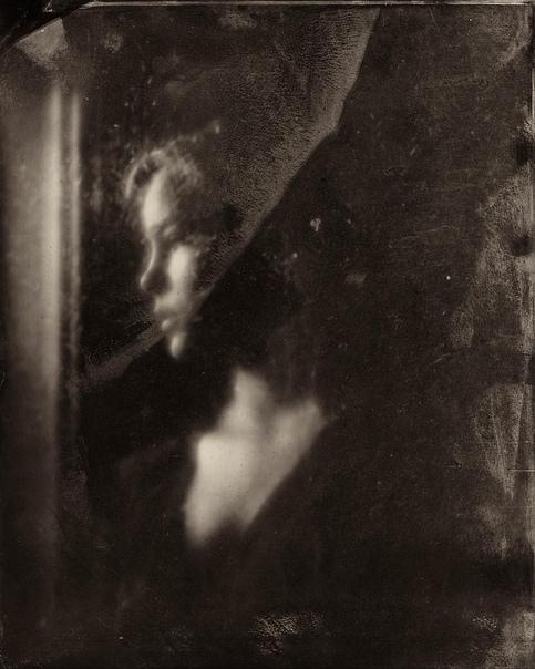 Фотограф снимает портреты детей с помощью  фотопроцесса позапрошлого века.