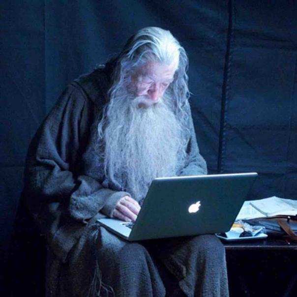 Гендальф проверяет почту в перерыве между съемками «Хоббита», 2011 год