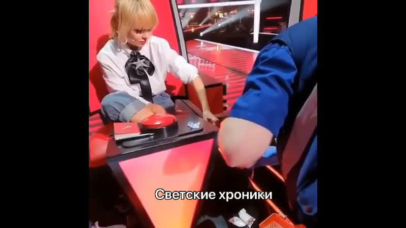 Валерия в первый день съёмок нового сезона шоу Голос 60 повредила ногу.