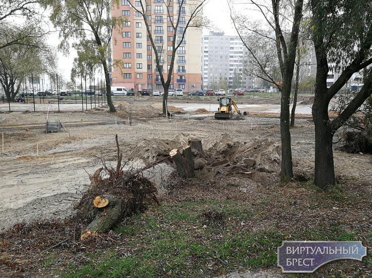 За Макдональдсом на ул. Октябрьской революции начали строить детскую площадку