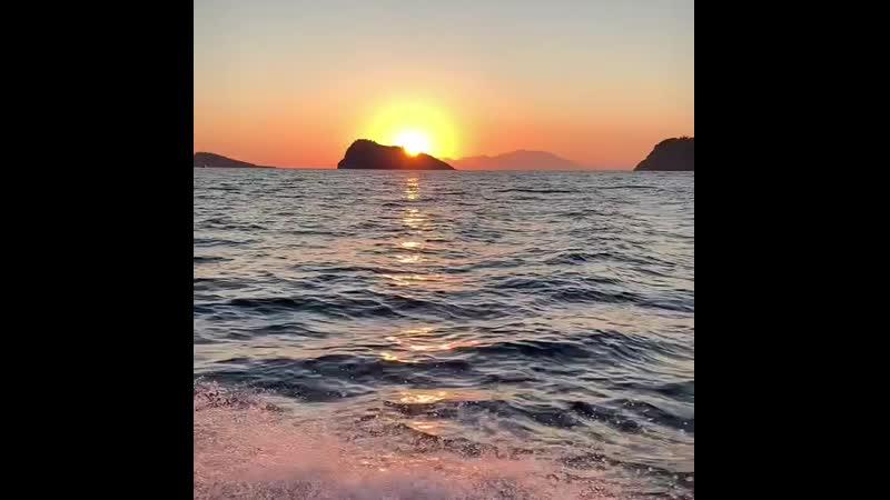 Kıyısından,köşesinden bir şeylere tutunmadan yaşanamıyor hayat; - kimi zaman bir şiire, bir şarkıya, bir gülüşe,bir söze bir ömü