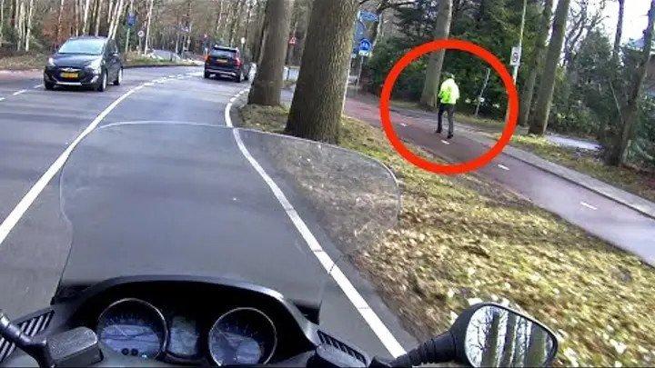 Увидев ТАКОЕ мотоциклист рванул с места И стал героем Интернета