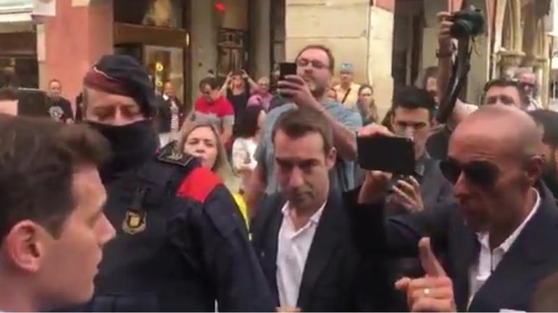 Albert RIVERA se encara a un SEPARATISTA que le abronca por ir a Vic a apoyar a la Guardia Civil
