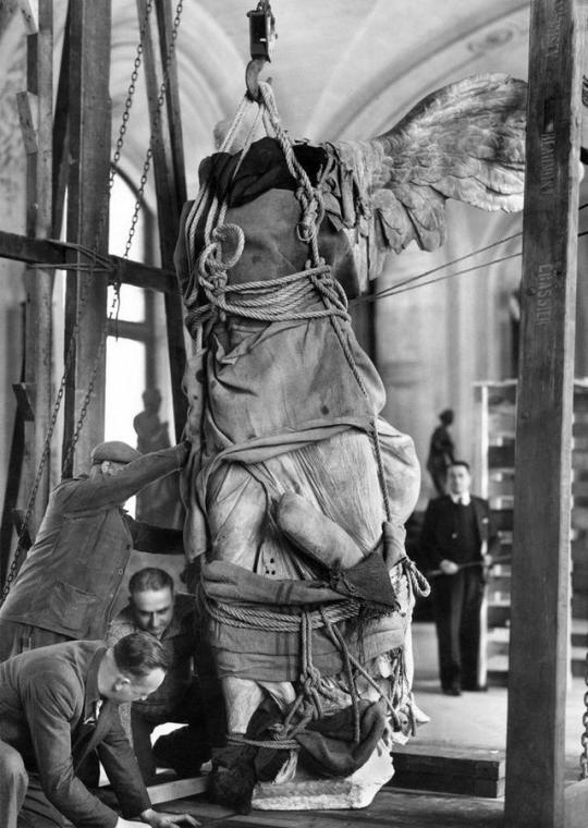 Древнегреческая скульптура Ника Самофракийская эвакуируется из Лувра в 1939 году.