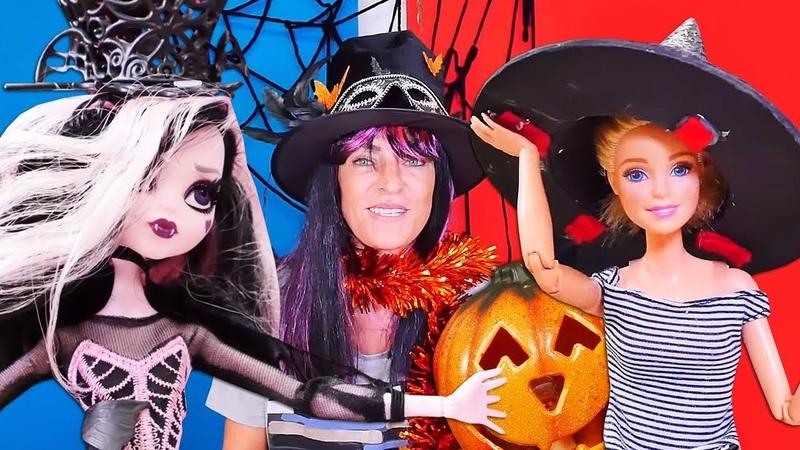 Çocuk oyun videoları Barbie ve Drakulaura Halloween partisi için kostüm hazırlıyor