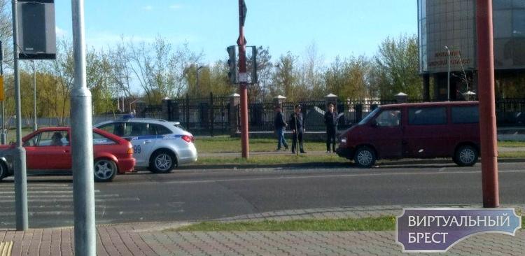 Автомобиль Охраны попал в ДТП в Бресте - его подбил сзади бус