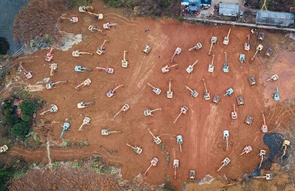 Экскаваторы на строительстве госпиталя для зараженных коронавирусом в пригороде Уханя, Китай. Новую больницу площадью 25 тысяч квадратных метров планируют построить за 6 дней. Там смогут