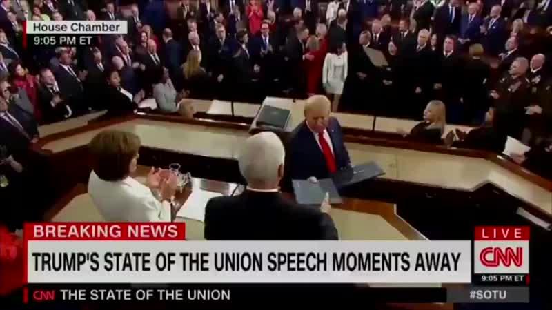 مدت نانسي بيلوسي والتي قادت حملة شخصية لعزل ترامب يدها لمصافحة الرئيس وتجاهلها متعمدًا mp4
