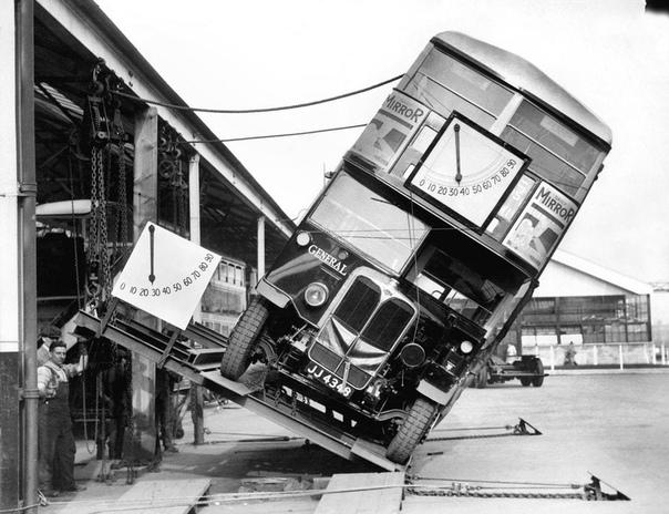 Демонстрация устойчивости двухэтажного автобуса Double-Decer на опрокидывание (Лондон, 1933 год)