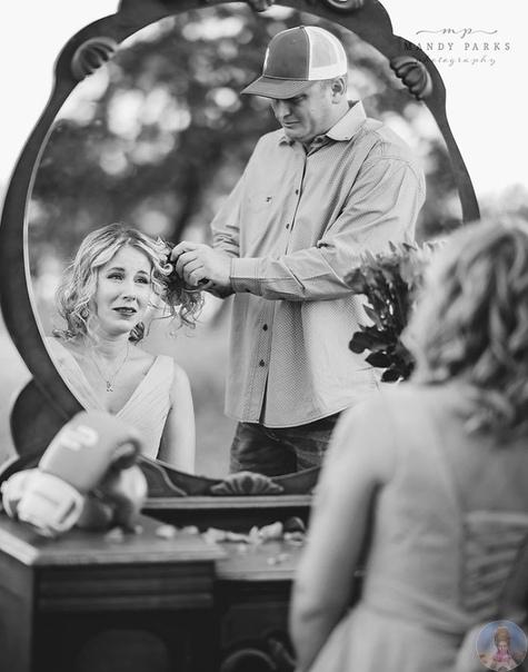 Мэнди Паркс удалось запечатлеть самую грустную романтическую историю: на этих кадрах муж бреет голову жене, которой предстоит несколько курсов химии в борьбе с раком
