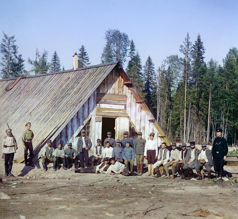 Военнопленные австрийцы (строители Мурманской железной дороги) у барака около станции Кивач, 1916 год. Автор фото Сергей Прокудин-Горский; Библиотека Конгресса США.