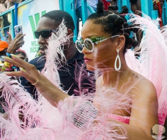 Рианна на карнавале на Барбадосе 31-летняя Рианна посетила Барбадос, где она родилась и выросла. Певица стала звездой ежегодного