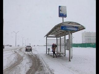 В ожидании автобуса коротают зимние дни и вечера