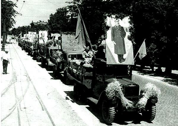 Колхозники Одесской области везут на заготовительные пункты зерно нового урожая СССР, 1947 год.В 1946-47 годах в Советском Союзе начался голод. К весне 1947 года число больных с диагнозом