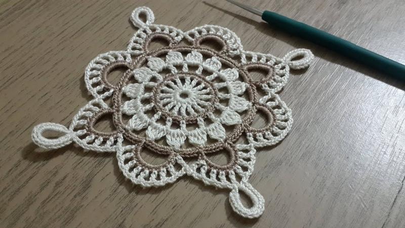 Tığişi Örgü Kare Dantel Yapımı Renkli iplerle tek parça sehpa örtüsü Crochet doily