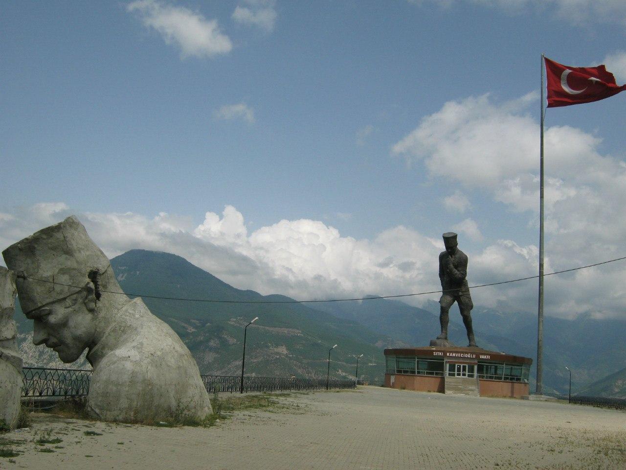 Огромный и уникальный памятник Ататюрку