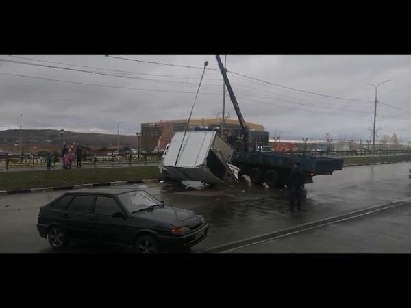 ГАЗель попавшую в ДТП поднимают с помощью автокрана
