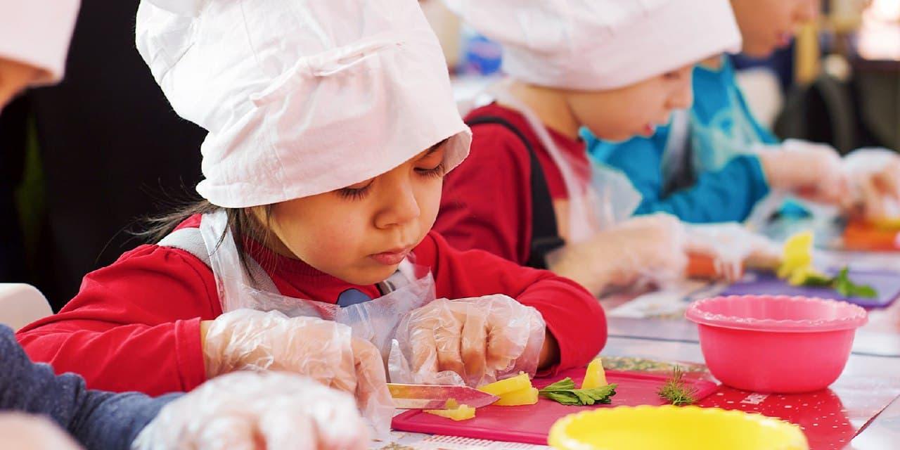 Воспитанники Дворца творчества им.Гайдара научились готовить пончики. Фото: mos.ru