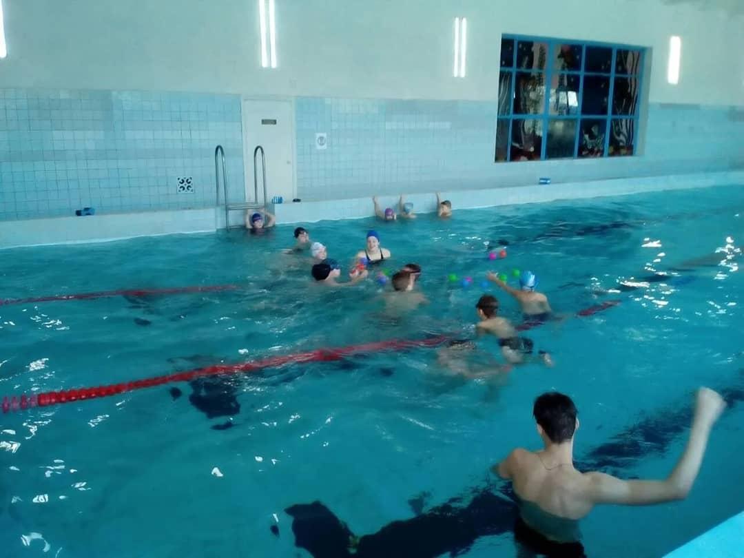 Воспитанники плавательных секций бассейна «Дельфин» приняли участие в «Весёлых стартах на воде»