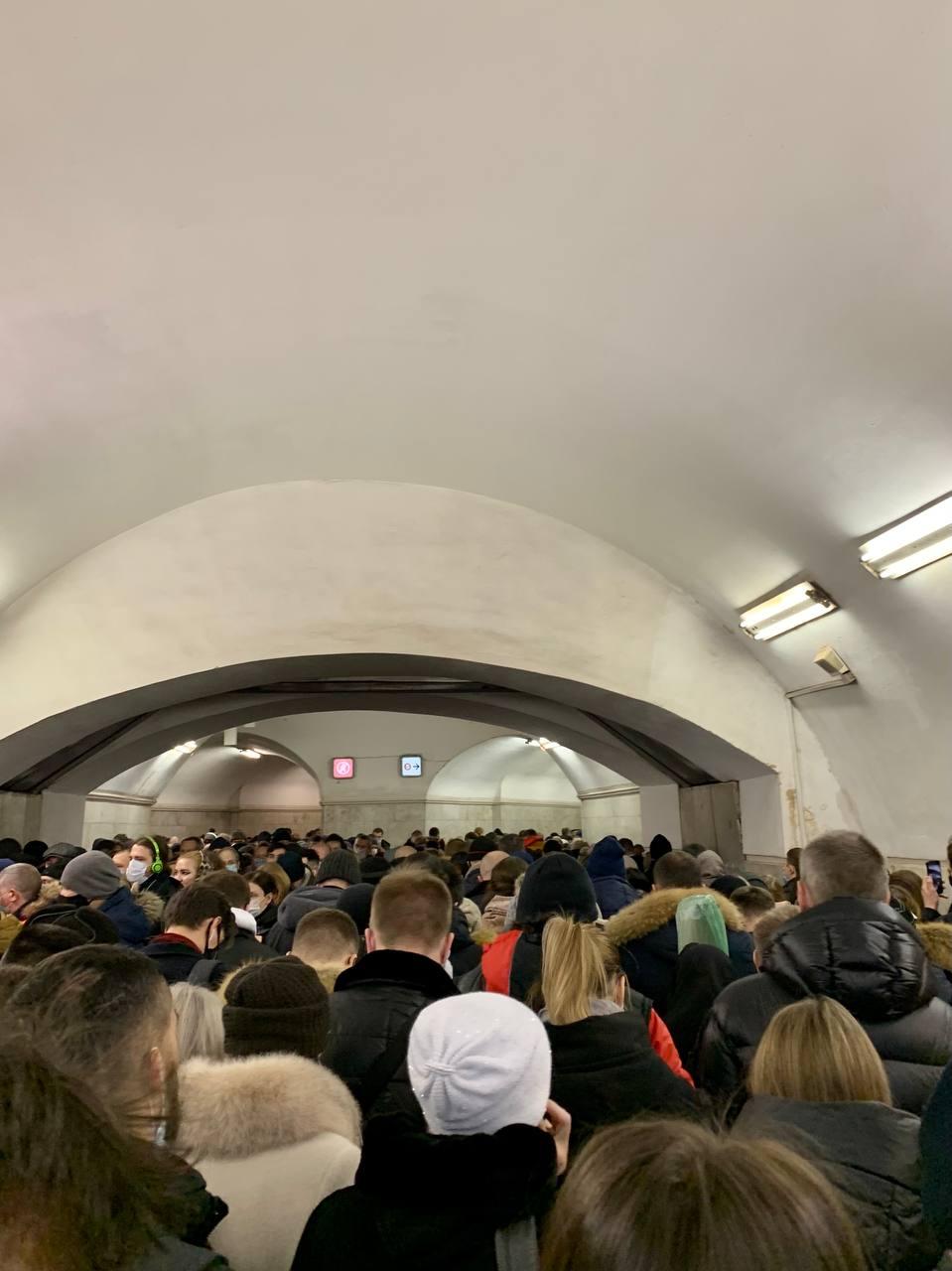 Сегодня утром метро буквально  «затопило» людьми.