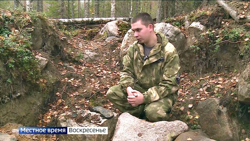 Боец поискового отряда «Масельгская группа» рассказывает кореспонденту о найденном захоронении.