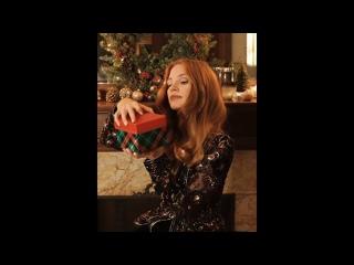 Джессика Честейн открывает подарок