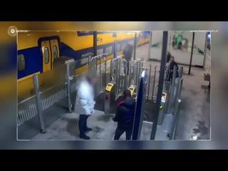 Pays-Bas Deux africains fraudent dans les transports en commun. Un usager sindigne et se fait violemment agresser !!
