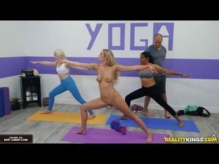 OON, CFNF, CMNF – девушка на занятиях по йоге занимается голой