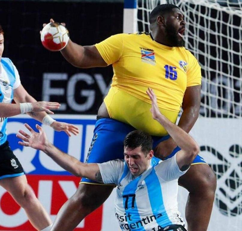 Главная звезда чемпионата мира — не Сагосен и не Хансен. Это гандбольный Шакил О'Нил из ДР Конго!, изображение №1