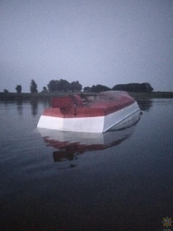 В Рогачевском районе перевернулся 8-местный катер, в воде оказались 15 человек.