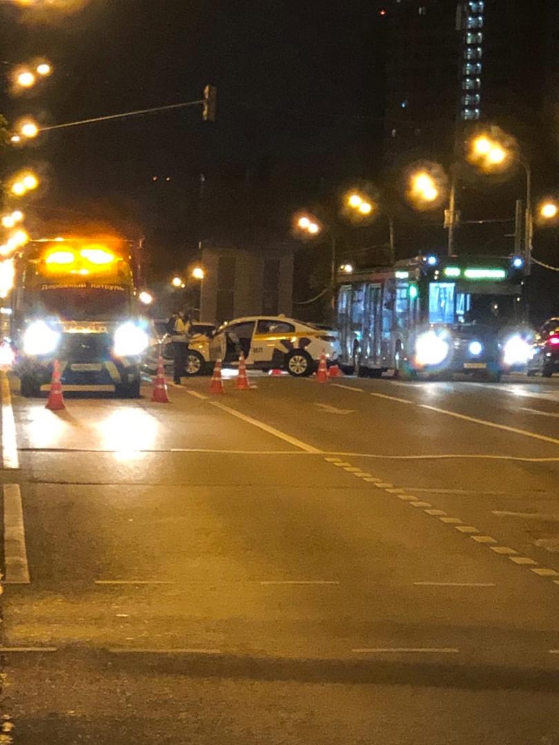 Такси и автобус. Профсоюзная вл 41, напротив метро «Новые Черёмушки».