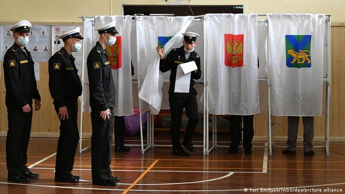 Первый день выборов Госдумы: у участков очереди бюджетников