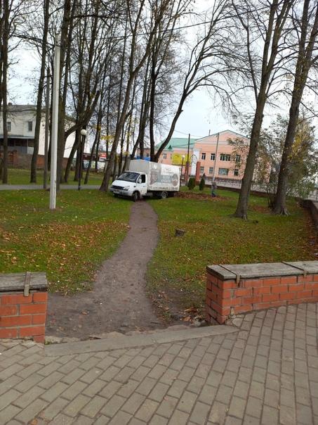 Сегодня через парк шла,там листья убирали,в центре...